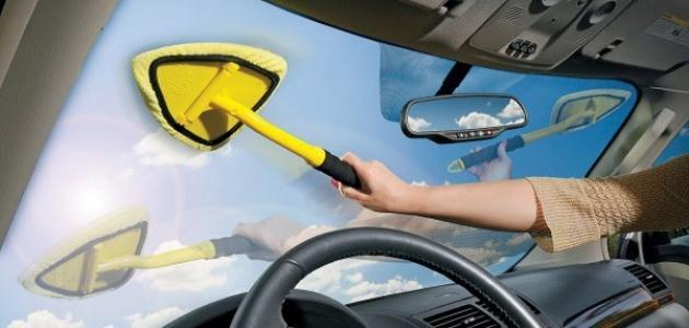 صورة طريقة تنظيف الزجاج الأمامي للسيارة