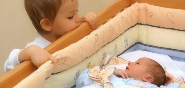 صورة جديد كيف أتعامل مع غيرة الطفل من أخيه