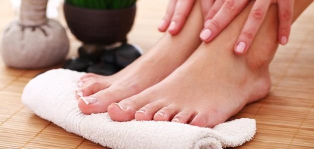 صورة طريقة تنظيف القدمين