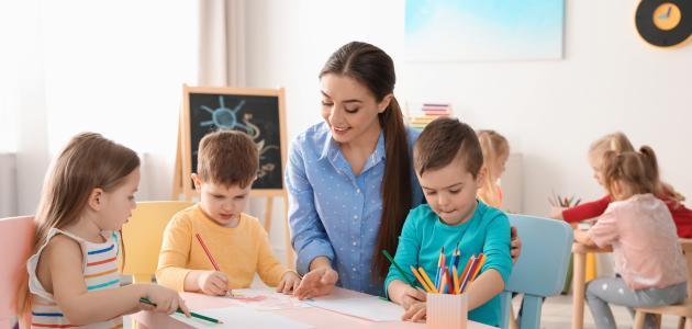 صورة كيفية تعامل المعلمة مع أطفال الروضة