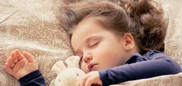 صورة كيفية تعويد الطفل على النوم في سريره