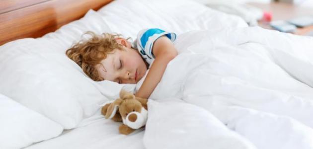 صورة كيف أعلم طفلي النوم وحده