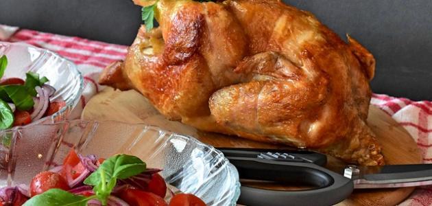 صورة طريقة شوي الدجاج على الفحم بالقصدير