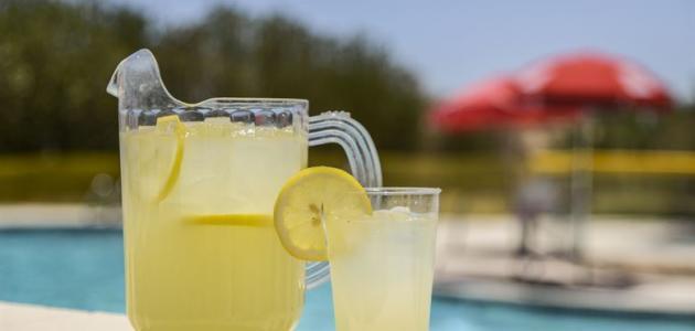 صورة طريقة عمل عصير الليمون بدون خلاط