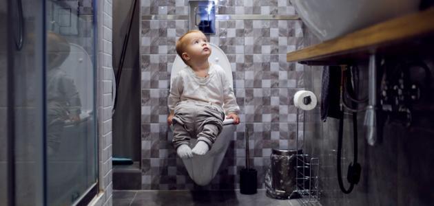 صورة كيفية تعويد الطفل على الحمام ليلاً
