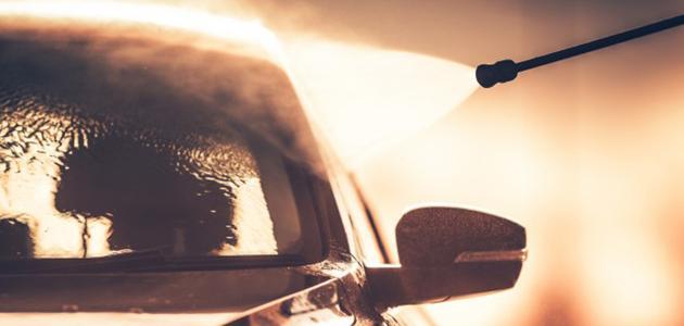 صورة كيفية تنظيف زجاج السيارة الأمامي