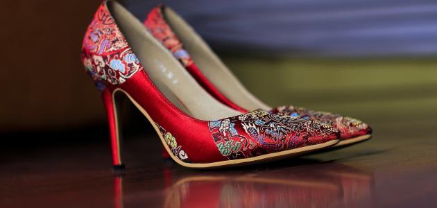 صورة كيفية توسيع الحذاء الضيق للنساء