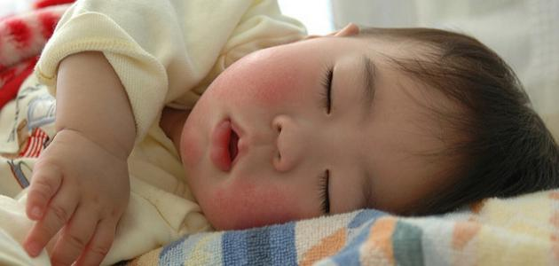 صورة كيفية نوم الطفل الرضيع