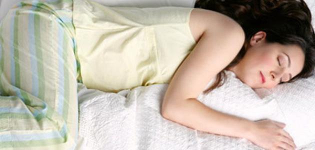 صورة طريقة نوم الحامل في الشهر السابع