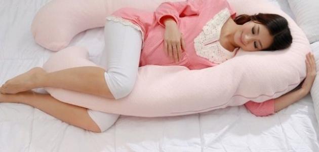 صورة طريقة النوم الصحيحة للمرأة الحامل