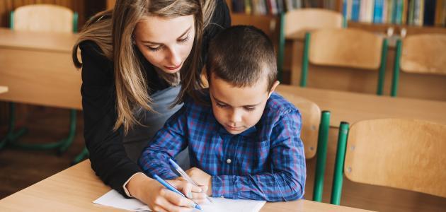 صورة كيفية التعامل مع الطفل الخجول في المدرسة