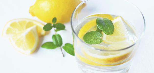 صورة الماء الدافئ والليمون لإزالة الكرش