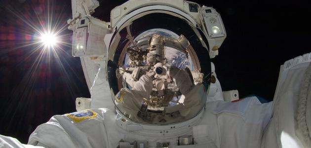 صورة ما هو اسم أول رائد فضاء هبط على سطح القمر