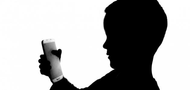 صورة آثار الهاتف النقال على الأطفال