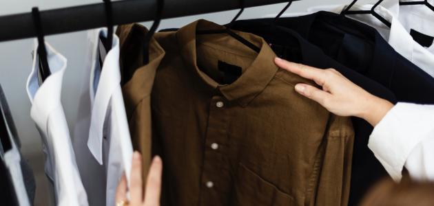 صورة كيفية تنظيم الملابس في الخزانة